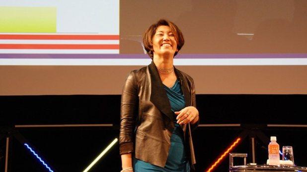 「女性起業家への道」をテーマに講演を行う堀江さん。