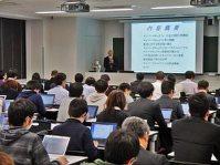 「国際化サイバーセキュリティ学特別コース」の講義を受ける履修生ら