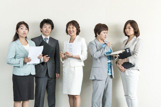 第1シリーズの執筆を担当する金子裕子さん(写真中央)