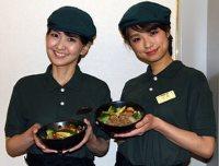 11種類の温野菜を使った「ベジ丼」(左)と牛肉も入った「ベジ牛」=東京都千代田区で2015年5月14日、江刺弘子撮影