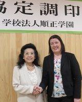 学術交流協定を結んだ順正学園の加計美也子理事長(左)とリトアニア国立シャウレイ大学のレジーナ・カルベリーヌ国際プログラム関係部長