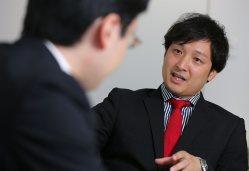 ユーグレナの出雲充社長(左)と対談するリバネスの丸幸弘CEO=東京都港区で長谷川直亮撮影