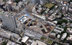 JR目黒駅近くのブリリアタワーズ目黒建設予定地=本社ヘリから望月亮一撮影