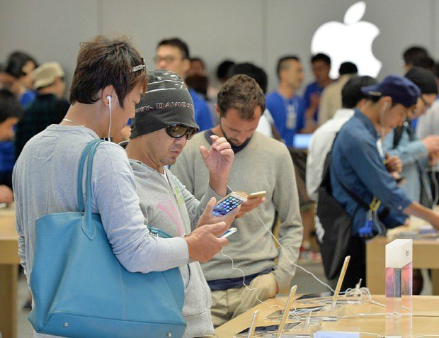 多くの人は2年縛りで携帯電話やスマートフォンを契約している=大阪市内で