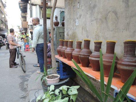 エジプトの首都カイロで、街角に並べられた「オッラ」。中には飲料水が入っており、誰でも飲めるようになっている=2015年5月21日、秋山信一撮影