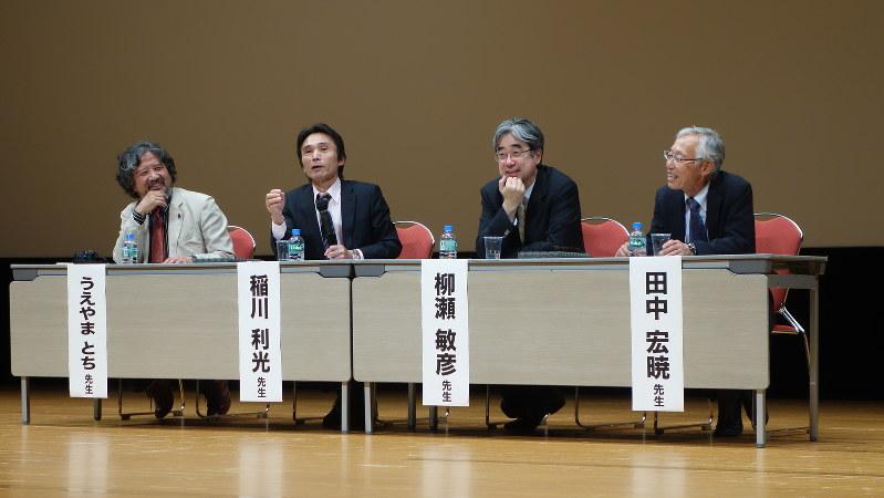 漫画「クッキングパパ」の作者うえやまとちさん(左)や医師らがそれぞれの健康法を語った日本抗加齢医学会総会の市民公開講座=福岡市内で2015年5月31日、中村好見撮影