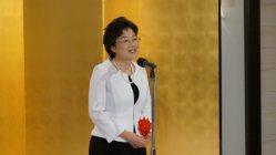授賞式で喜びを語る上橋菜穂子さん=東京都千代田区で2015年05月28日