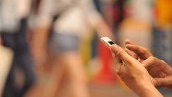 生活に欠かせなくなったスマートフォン=東京都内で関口純撮影