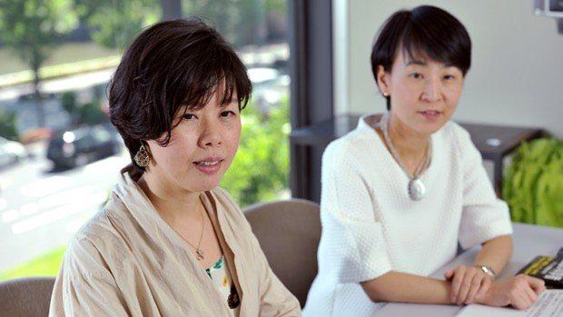 須田桃子記者と元村有希子編集委員(右)=関口純撮影