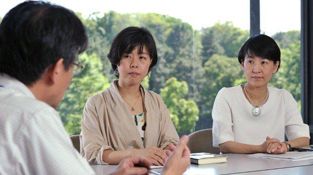 STAP細胞事件について語る須田桃子記者(中央)と、元村有希子編集委員
