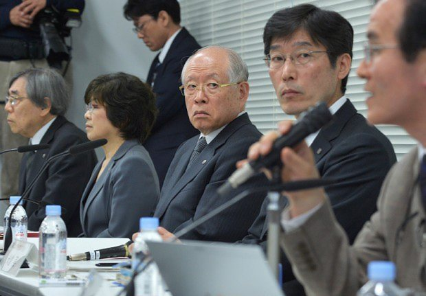 STAP細胞に関する調査中間報告の記者会見に出席した野依良治・理研理事長(中央)=2014年3月14日