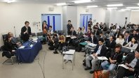 STAP細胞作製を発表した理研の記者会見。前から3列目に須田記者の姿も=2014年1月28日