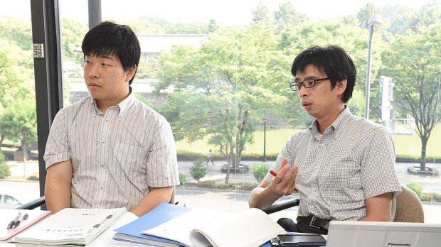東芝問題について語る片平知宏記者(左)と谷川貴史記者