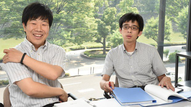 毎日新聞経済部の片平知宏記者(左)と谷川貴史記者