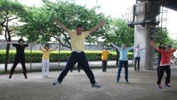 ラジオ体操第3の11番目「跳躍運動」で高く跳び上がる「クラブK2」のメンバーたち=東京都府中市で2015年6月16日、鈴木敬子撮影