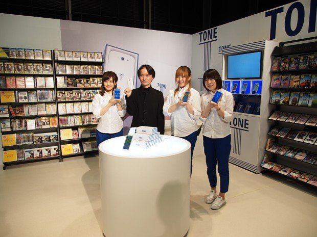 写真のトーンモバイルは、渋谷などTSUTAYAの一角に独自のショップを開設。端末の購入や回線の契約に対応する