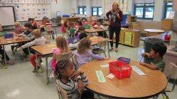 米国の小学校の授業風景。グループごとにさまざまな課題に取り組む