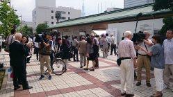 総会が始まる前、報道陣の取材を受ける東芝の株主たち=今沢真撮影
