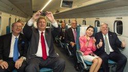 山梨県の実験線でリニアに試乗し、興奮した様子を見せるホーガン米メリーランド州知事(前列右)=JR東海提供