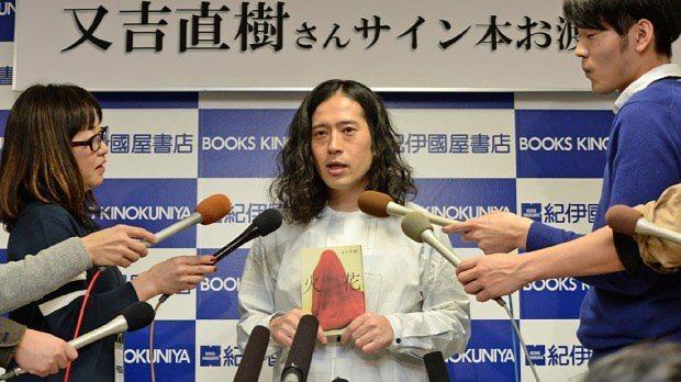小説「火花」の刊行を受け、報道陣の質問に答えるお笑い芸人のピース 又吉直樹さん=矢頭智剛撮影