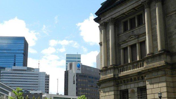 日本銀行(右)と大手町方面のビル群=川村彰撮影