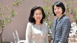 いけばな作家の州村衛香さん(左)と品川女子学院校長の漆紫穂子さん=関口純撮影