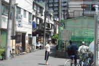 火災現場近くの簡易宿泊所街では今も多くの利用者が暮らす=2015年5月20日午後1時4分、太田圭介撮影