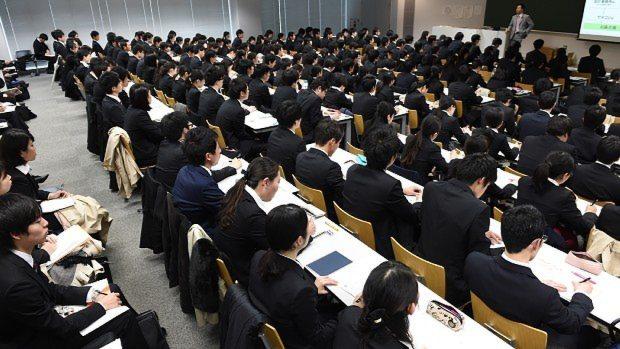 説明会で企業の話を真剣に聞く学生たち=東京都千代田区で2015年3月
