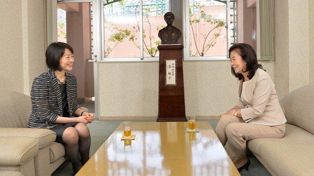 和やかな雰囲気で対談する品川女子学院の漆紫穂子校長(左)といけばな作家の州村衛香さん=関口純撮影