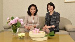 花束を3つの器に生けた、いけばな作家の州村衛香さん(左)と品川女子学院の漆紫穂子校長=関口純撮影