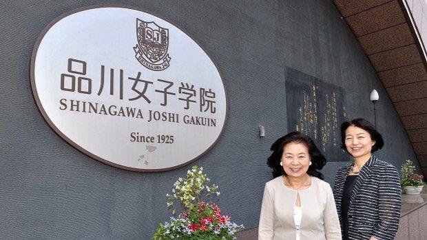 品川女子学院の入り口に立つ、いけばな作家の州村衛香さん(左)と同学院の漆紫穂子校長=関口純撮影