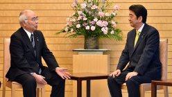 今年4月、首相官邸で安倍晋三首相と会談したJA全中・万歳章会長(左)