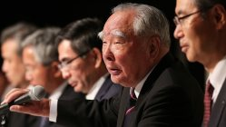 記者会見で記者の質問に答えるスズキの鈴木修会長(右から2人目)。右から3人目は鈴木俊宏新社長