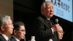 記者会見で新体制を発表したスズキの鈴木修会長(右から2人目)。左から2人目は鈴木俊宏新社長
