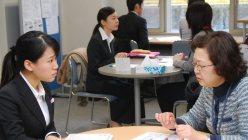 真剣な表情で就職相談をする学生たち