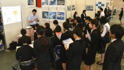 金沢市で開かれた合同就職説明会に参加した大学生たち=2015年6月23日