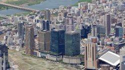 価格が高騰している大阪・梅田周辺のマンション(手前はグランフロント大阪)