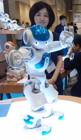 ロボットの展示会で来場者に踊りを披露する仏アルデバラン・ロボティクスの人型ロボット「NAO」