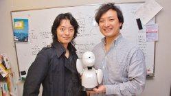 オリィ研究所の吉藤健太朗代表(左)と番田雄太さんのOriHimeを手にするリバネスの丸幸弘CEO