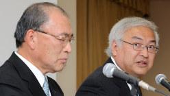 社長就任会見をする佐々木氏(右)と、当時社長だった西田氏。2人の間にいったい何があったのか=東京都港区で2009年3月18日
