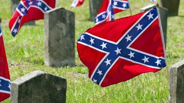 サウスカロライナ州チャールストンにあるマグノリア墓地に翻る南軍旗