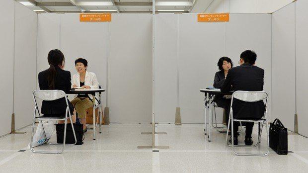 合同会社説明会の会場にあるカウンセリングコーナー=関口純撮影