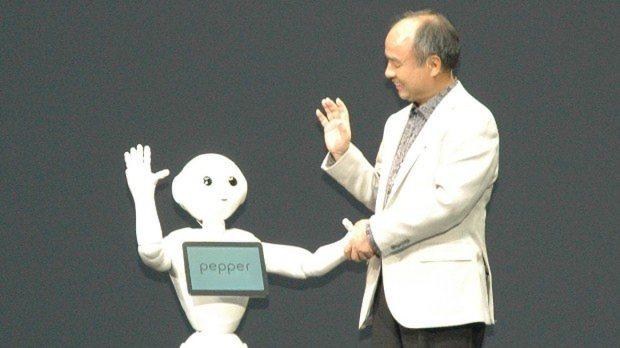 ヒト型ロボット「ペッパー」(左)と握手するソフトバンクの孫正義社長=横山三加子撮影