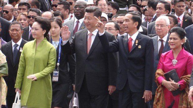 バンドン会議開催60周年を記念し、当時、会議場のあった周辺を練り歩く中国の習近平国家主席(前列中央)=インドネシア・バンドンで2015年4月24日、平野光芳撮影