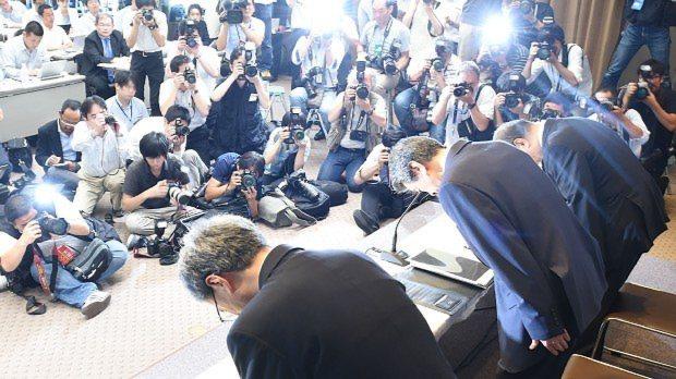 不正会計問題に関する記者会見で頭を下げる東芝の田中久雄社長(右手前から2人目)=2015年7月21日、望月亮一撮影