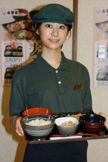 27日から販売される「麦とろ牛皿御膳」=東京都千代田区で2015年7月22日、江刺弘子撮影