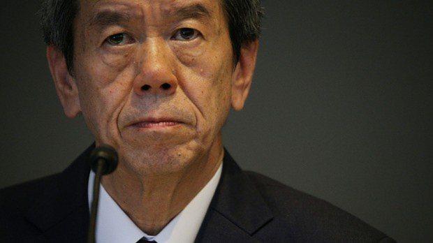 記者会見で記者の質問を聞く東芝の田中久雄社長=東京都港区の東芝本社で2015年7月21日