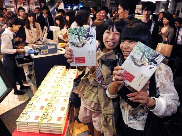昨年出版された短編集「女のいない男たち」を手に取る村上ファン=東京都新宿区の紀伊国屋書店新宿本店で2014年4月18日