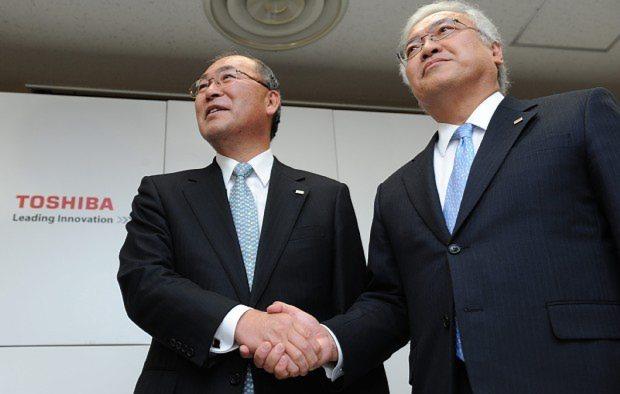 2009年当時の会見で、東芝の新社長に決まった佐々木則夫氏(右)と握手を交わす西田厚聰氏