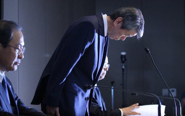 記者会見で辞任を報告する東芝の田中久雄社長(右)。左は室町正志会長=東芝本社で2015年7月21日